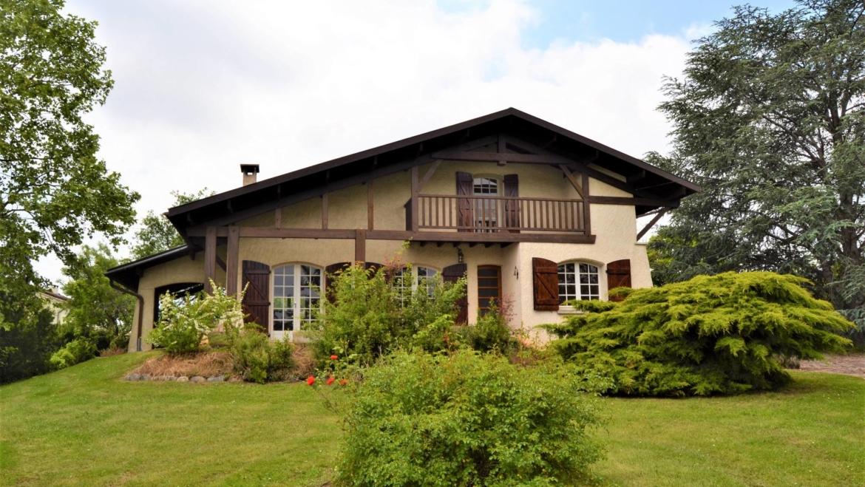 Chamante maison de 6 pièces principales avec beau terrain