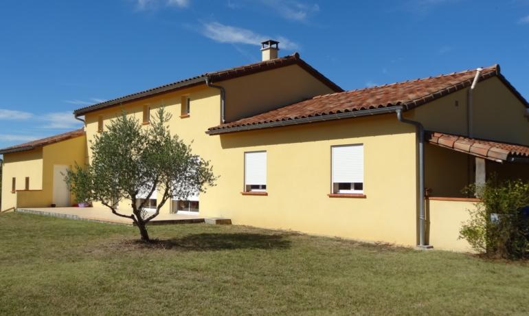 Spacieuse Villa 2007 de 6 pièces, mezzanine, grand terrain,doubles garages